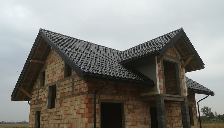 Titania Czarna Glazura Finesse – dach domu z garażem wolnostojącym w Izbiszczach