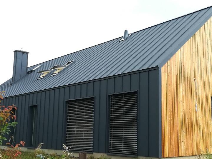 Futurystyczny dom z dachem i elewacją z blachy Bratex łączonej na klik
